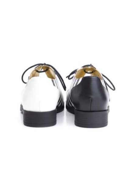 Hælene på disse allison sko er forskellige - en hvid og en sort