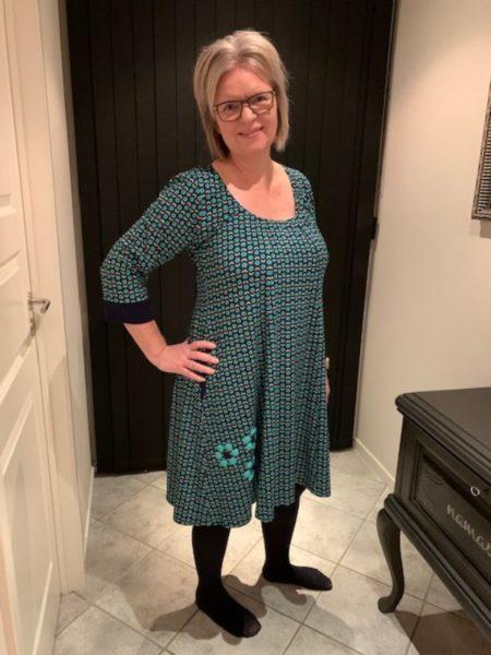 Dolly kjole i blålige nuancer