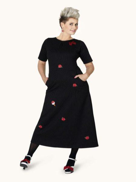 lang sort nålestribet kjole