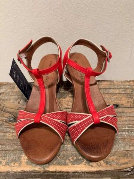 rød sandal i kalveskind