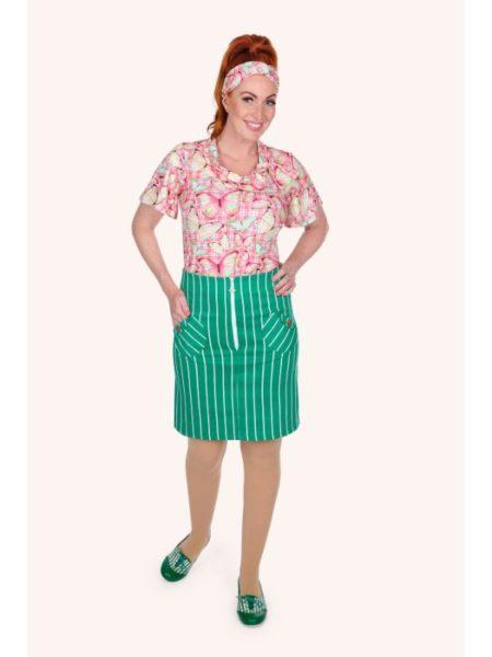 sommersæt med pink bluse og grøn nederdel