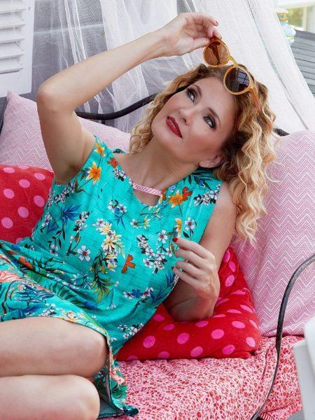 turkis ærmeløs kjole fra du milde med en masse blomster