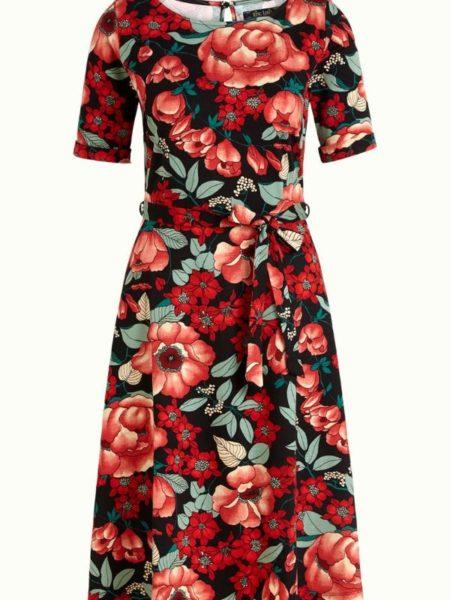 Kjole i rød-blå farver med store blomster, god vidde og høj ibådudskæring