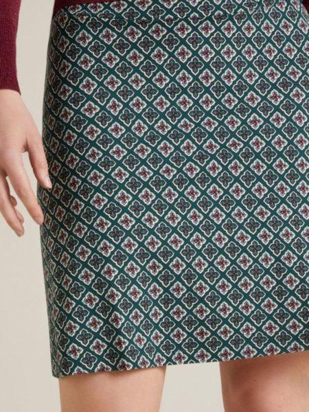 Nederdel til over knæene med et fint lille A snit