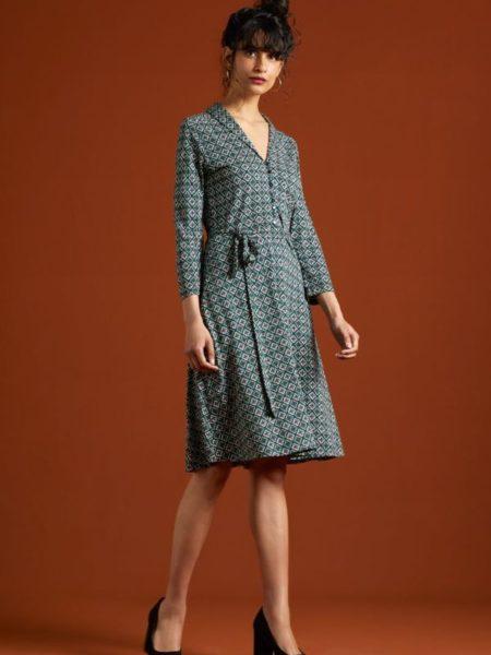 Flot kjole i efterårs grøn og blå med knappelukning foran til taljen