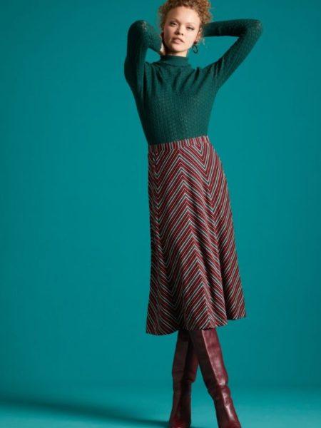 Flot knælang nederdel i mørke og bordeau farver
