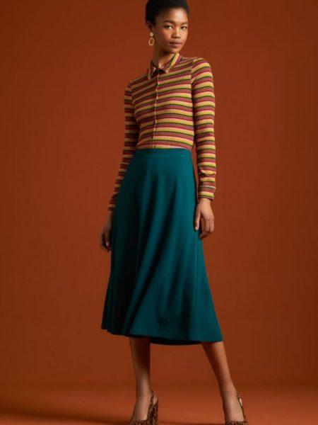 Flot ensfarvet nederdel til knæene i blå-petrol farver