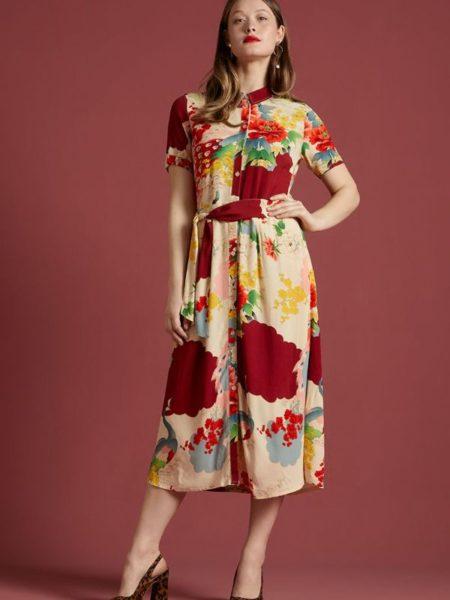 Flot lang sommer-efterårs kjole i rødlige og brændte farver