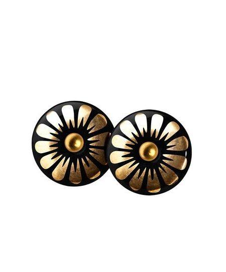 SMukke sorte porcelænsørestikkere på guldnål