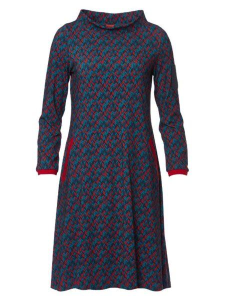 Flot kjole i rød og blålige farver med høj hals og lange ærmer
