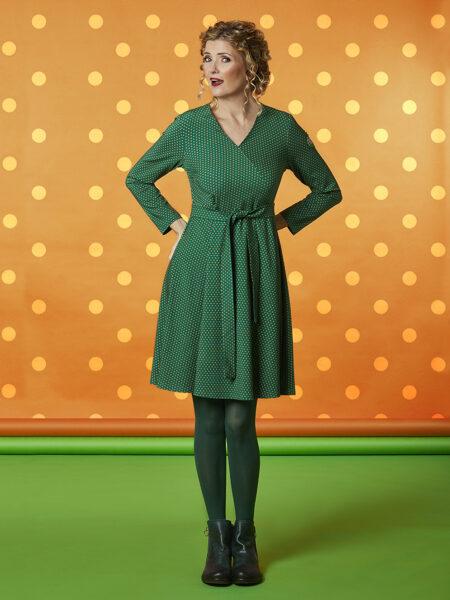 FLot grøn prikket kjole med swing i skørtet og flot v udskæring