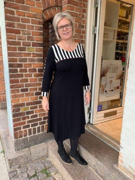Sort lang kjole med asymetrisk skæring forneden