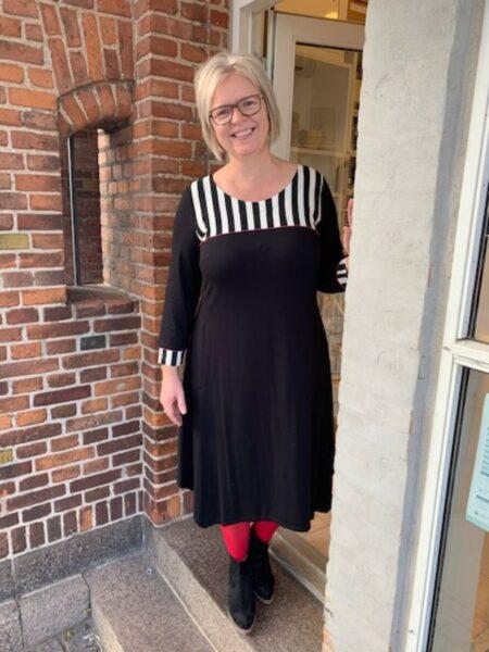 Sort lang kjole med detaljer af hvide striber