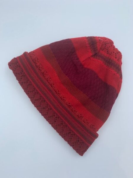 Hue i merino uld i røde farver
