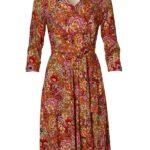 Rødlig kjole med swing i skørtet