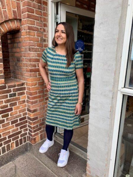 Kjole i blå og grønt harlekin mønster